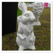 ウサギのオブジェ。背負っているかごにはお花が入ります。にんじん背負うのかな?