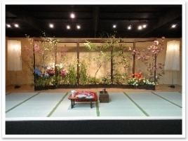 季節の移ろいを屏風に描いたように、四季の花を屏風に見立てた作品。