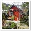 アリスをイメージさせるお庭。赤と黒のコントラストが効いています。小屋のディテールがかわいらしいですね。