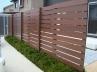 表裏前後に配置した目隠しフェンス。駐車スペース・テラスどちらから見ても美しい。 施工例5
