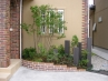 レンガ積の花壇。土が流れないようアイビーを這わせて。 施工例1