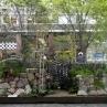 �「力」あふれる小さな庭:こちらは由緒ある造園屋さんの作品です。石積みや瓦の塀が素敵ですね。