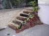 枕木敷の階段。やわらかな雰囲気へ。