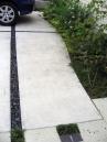コンクリートのひび割れ防止目地+黒い玉砂利