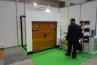 最初のブースは、木製ガレージ、自動灌水システムなどを手がけるワールドガレージドアのブース。かざり蝶番のついたブリティッシュタイプのオーバーガレージドア。