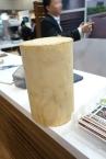 天然木使用のデッキ材なんですが、その原料はゴムの木。インドネシアなどで栽培され、ゴムを採取された後の利用促進が求められているとか。