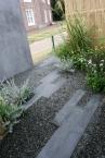 モルタルの壁と御影の延べ段、そしてグレーの砂利。無機素材は徹底したモノトーンで。竹垣や植栽の色彩との対比が際立ちます。