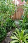 園路の先にはやはり周囲を囲まれたパティオ。熱帯の植物がエキゾチック。