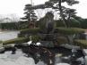 池と天然石水車のある和風庭園