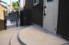 半円形の玄関アプローチ階段・踏面も蹴上げ面も「タイルアート」仕上げ